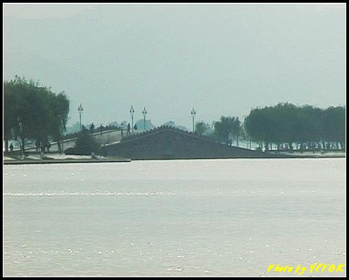 杭州 西湖 (其他景點) - 114 (從北山路湖畔看北裡湖及白堤上的錦帶橋)