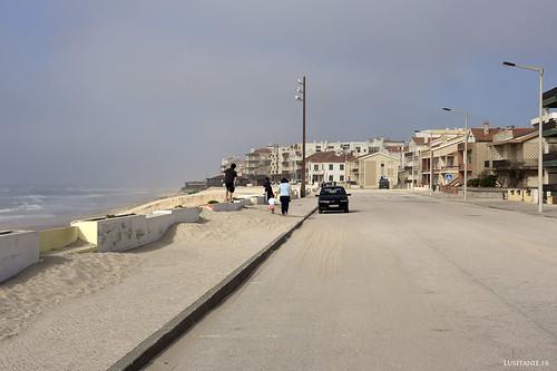 Le sable a essayé de grignoter la route.