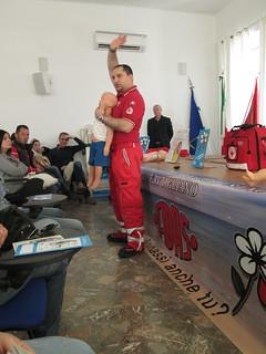 Un volontario CRI durante la lezione per salvare bimbi dal soffocamento