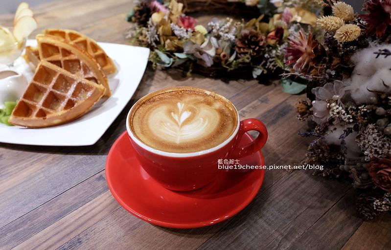 33190221730 e2dd093e8a c - Frini Cafe-乾燥花咖啡館結合簡約工業風.早上就吃的到鬆餅甜點喝的到咖啡.近澄清醫院.中港新城公車站旁.中科商圈