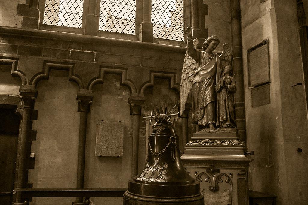 פסלים בתוך הכנסייה
