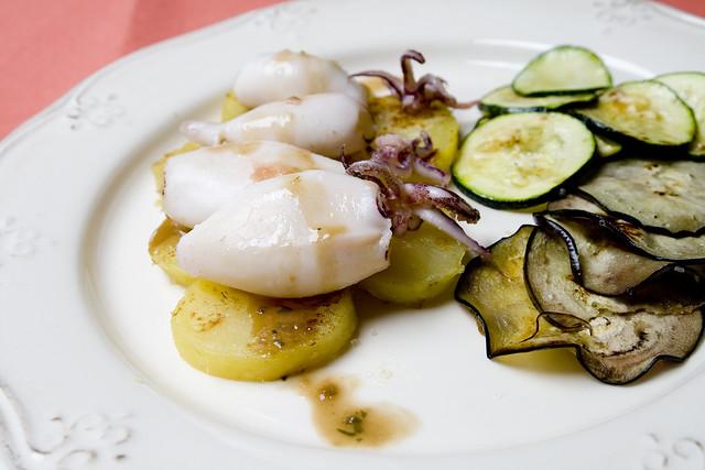 Chipirones a la plancha con berenjena, patata y calabacín