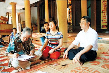 Ông Tạ Mai đang ghi lại kết quả phỏng vấn nhanh sau 3 ngày nói chuyện.