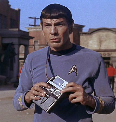 Spock con el Tricorder en las manos