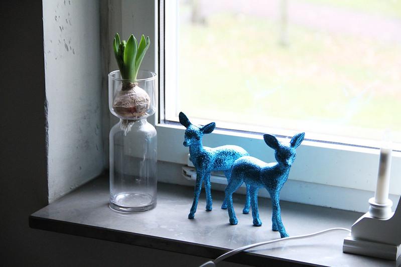 julpynt i fönstret