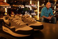Portret in kledingwinkel tussen sneakers