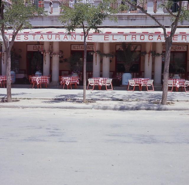 Restaurante Trocadero en la Avenida de la Reconquista en 1967. Fotografía de John Fyfe