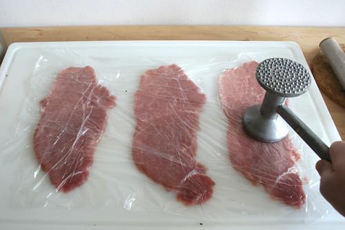 21 - Schnitzel flach klopfen / Flatten cutlets