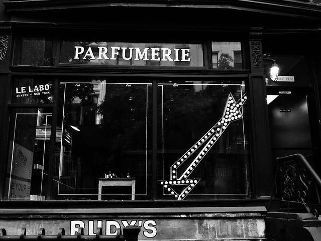 Parfumerie & arrow #walkingtoworktoday