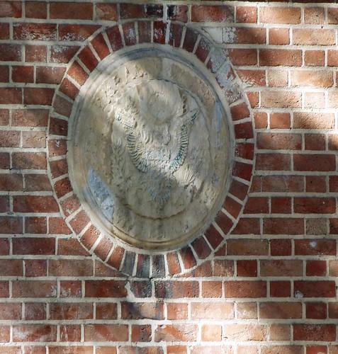 Escudo deteriorado de los Estados Unidos en la que fuera su Embajada en Irán