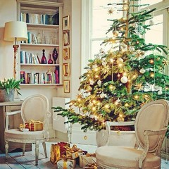 How about this Christmas Tree??? So dreamy... #unda #christmas #tree #livingroom #design #decor #armchair #home #interiors #luxury