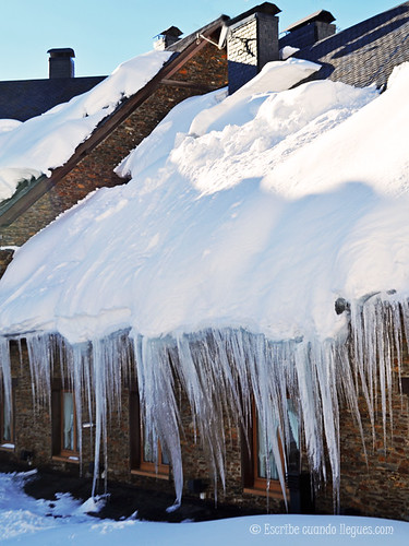 Nieve y mas nieve sobre los tejados de las casas de Baqueira Beret