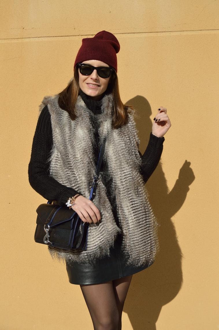 lara-vazquez-madlula-blog-faux-fur-vest-burgundy-beanie-black-outfit