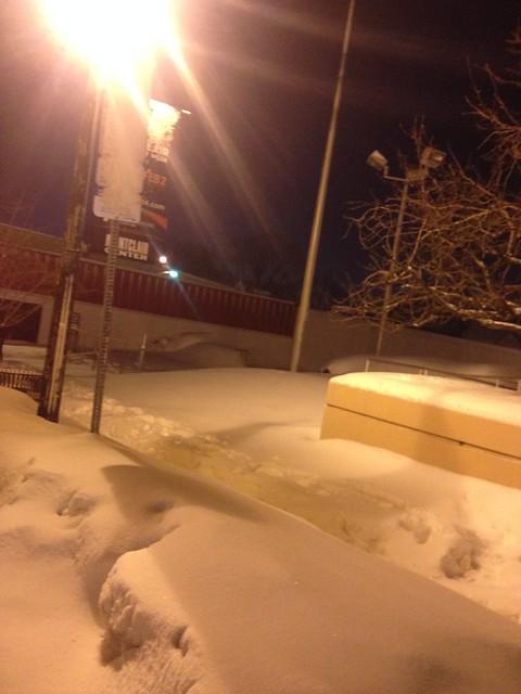 土, 2014-02-15 22:12 - 雪に埋もれたバス停