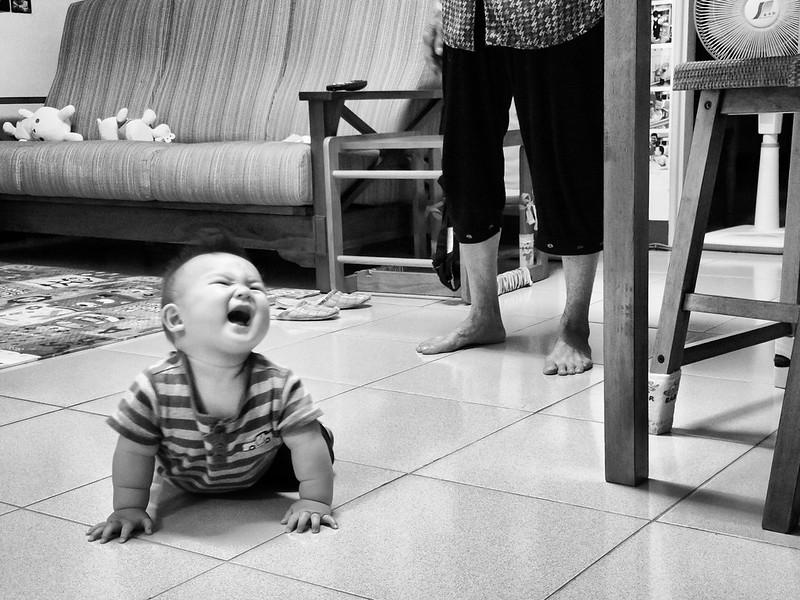 看到阿公上來報以開心的大笑