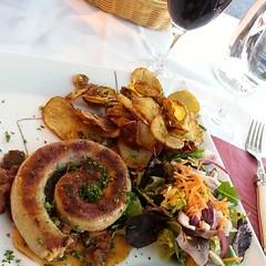 Happiness is drinking wine everyday :)  Vive la France pour ça! :) #Saucisse de #Toulouse #salad #pommedeterre #batata #potato  #Toulouse #France #França #salada #food #comida #dinner