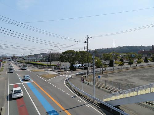佐賀競馬場前の歩道橋を渡る様子