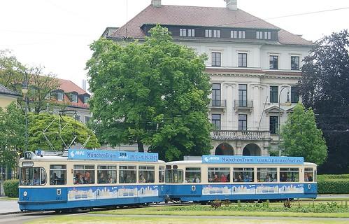 Wieder mit traditioneller Besetzung: M4-Zug 2412+3407 am Karolinenplatz