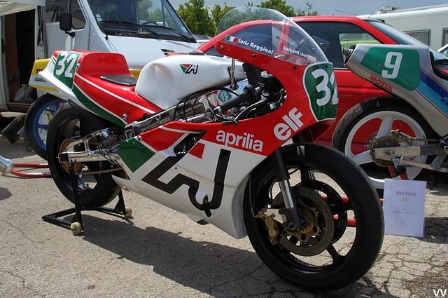 Une des 1ères Aprilia 250 de GP, sur le circuit de Dijon-Prenois.