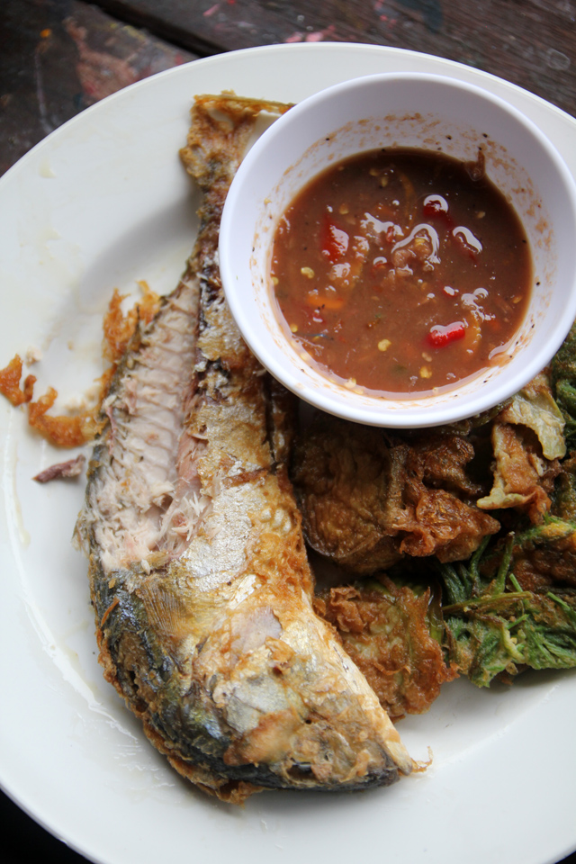 Nam prik kaphi with a fried fish and omelet on the side