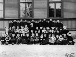 To skoleklasser ved Byåsen skole (ca. 1922)