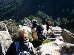 La descente de la faiblesse de la couronne rocheuse du sommet