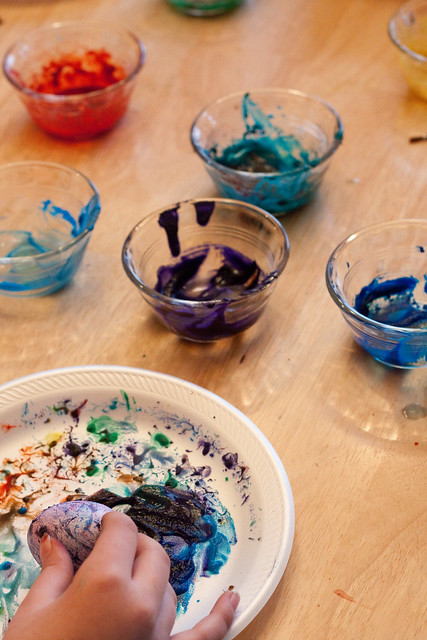 Looking for an easy way to color Easter eggs with kids? These Volcano Easter eggs are perfect - Easter egg decorating and a science experiment rolled into one fun holiday activity! Make beautiful tie-dyed Easter eggs with everyday pantry supplies and no mess. DIY   Easter Crafts   Easter Ideas