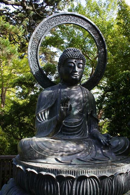 > Bouddha dans le jardin japonais.