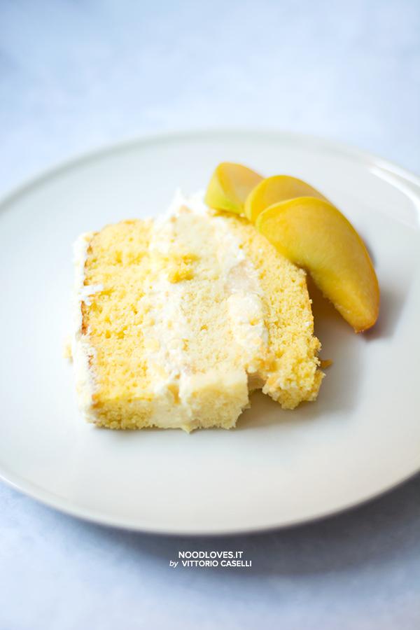 Sponge cake con crema chantilly alle pesche