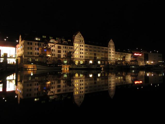 Tempelhofer Hafen bei Nacht