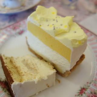 マリアサンクの「マンゴーのチーズケーキ」。ハーフサイズのティラミスがついてきた。