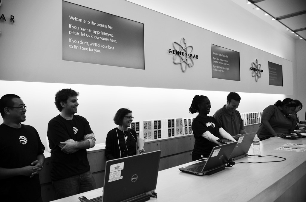AT&T, Sprint & Verizon reps at Genius Bar at iPhone 5s launch