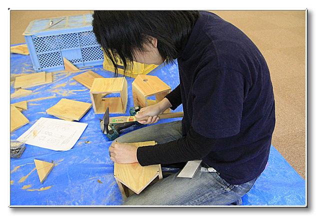 板材に釘を打つ.割れない様にあらかじめドリルで小さく穴を空けておいた.