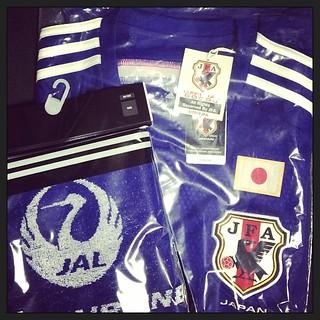 帰宅したらSAMURAI BLUE応援事務局なるところから宅急便が届いてた。はて?と思って開けたら、日本代表のレプリカユニとJAL×代表のタオマフ。メッチャ嬉しい!!