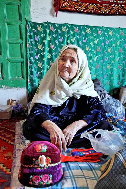 Grandmother in an Uyghur local house, suburb of Kumul (Hami) ハミ近郊、民家のおばあちゃん