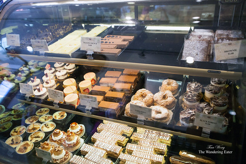 Refrigerated pastry display