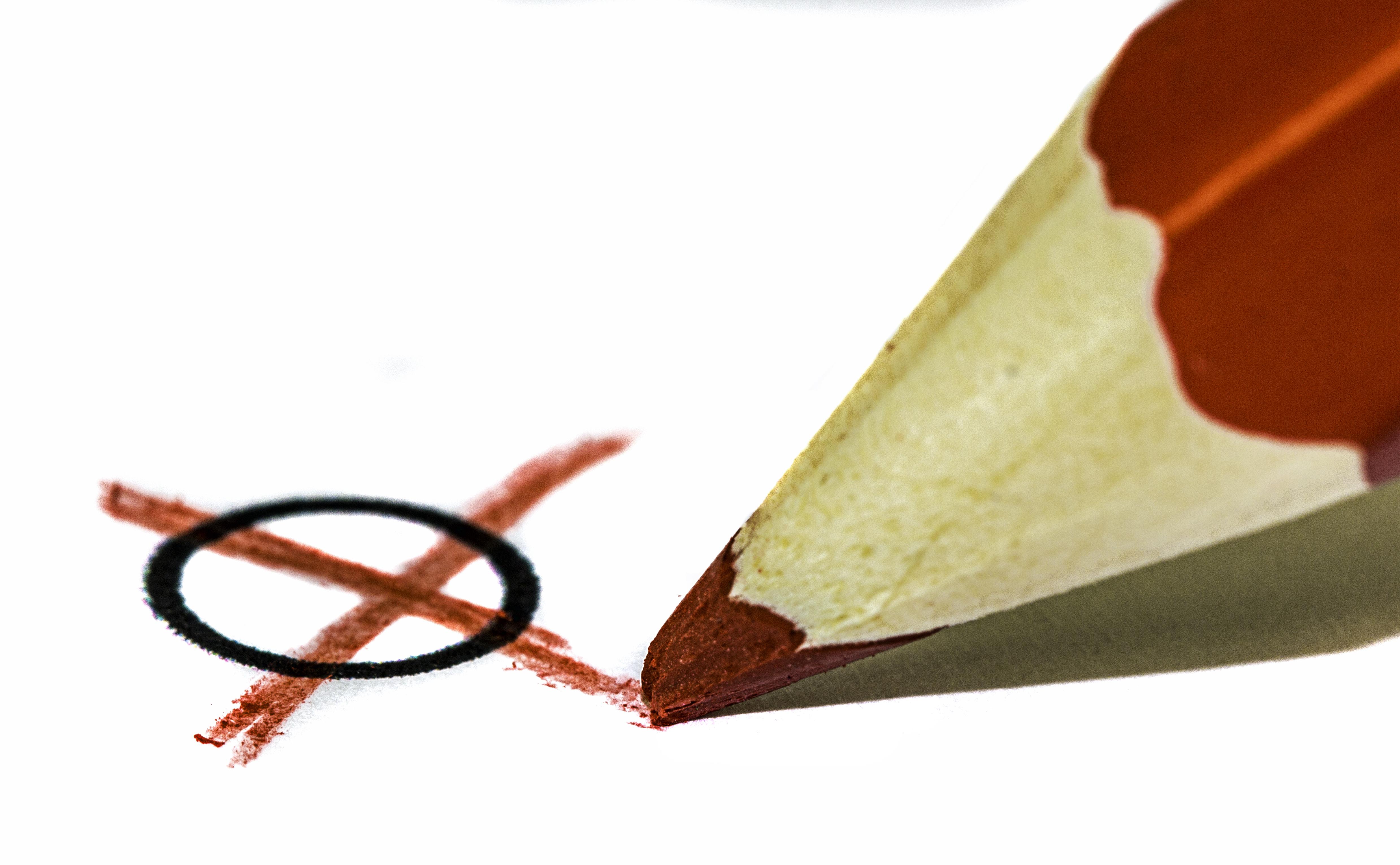 Symbolbild: Ein Stimmzettel wird angekreuzt