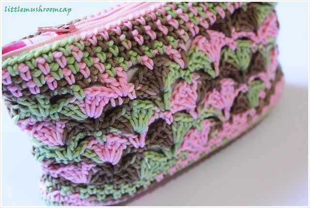 Crochet make up pouch close end zip