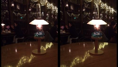[Daily Cha cha S3-D] 北一硝子、灯油ランプ。 灯りがやわらかく反射しています。 交差法。
