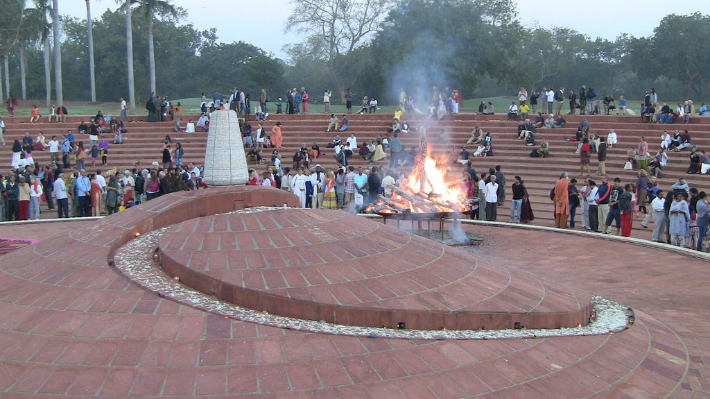 crowd_fire_urn_1232