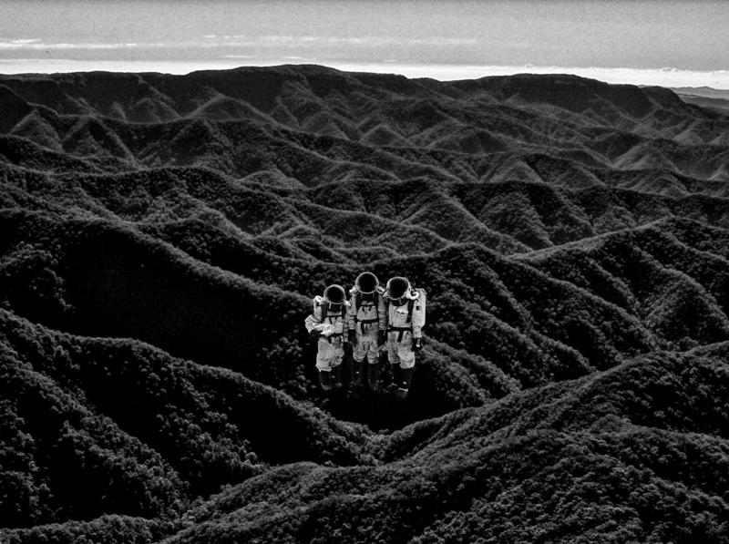 mountain_range_astronauts.jpg