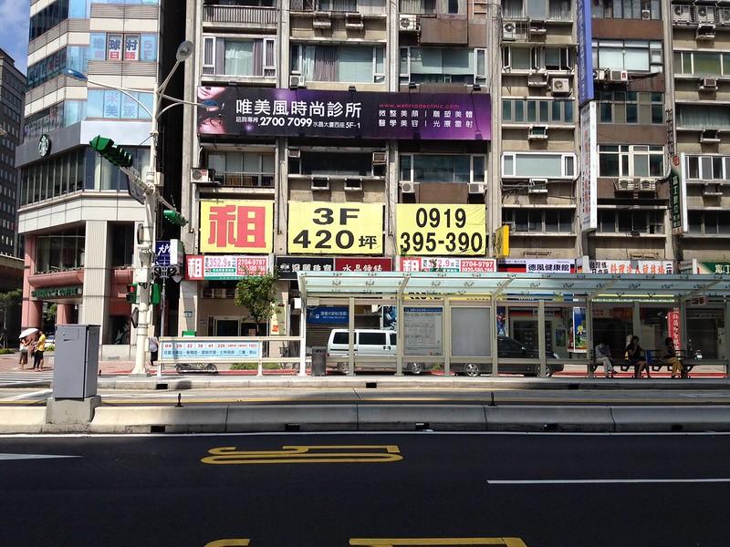 MRT大安駅前のバス停 by haruhiko_iyota