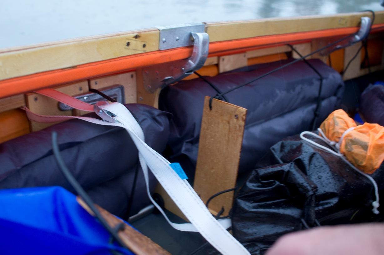 chargement des sacs de bouffe le long de l'armature