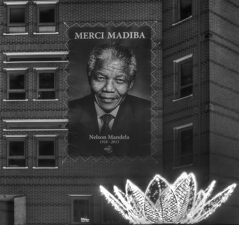 La Photographie doit rester simple - Hommage a Mandela - Place des Droits de l Homme - Evry Mairie