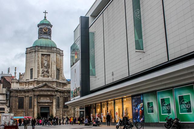 Iglesia de Nuestra Señora de Finisterre junto a Galería Comercial Inno, Bruselas, capital de Bélgica