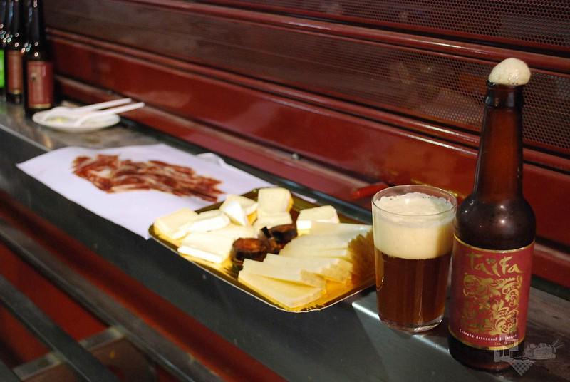 La Cerveza Taifa Tostada tiene color cobrizo y sabor a naranja. Aroma afrutado y a veces encuentras un ligero sedimento de levadura, muy característico de la cerveza artesanal.