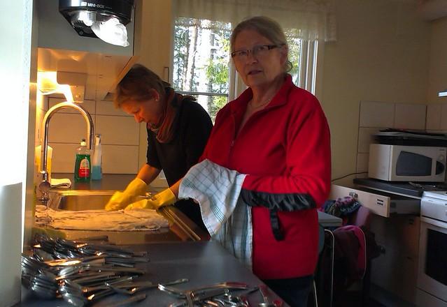 Dugnad på hytta 2014: Rigmor og berit vaskar opp