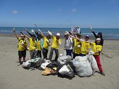 彩虹斑馬河川巡守志工隊固定到四鯤鯓海岸淨灘,還會分類紀錄。(攝影:張景傑)