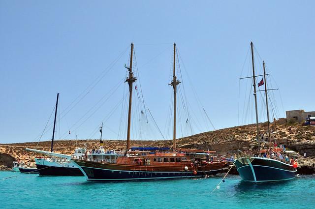Barcos que cada día fondean en la Laguna Azul y llegan cargados de turistas que abarrotan las cristalinas aguas