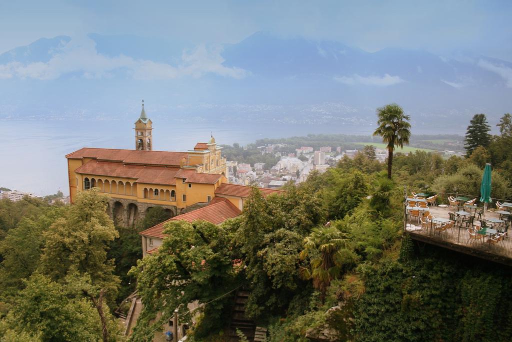 Vista del santuario Madonna del Sasso. Autor, Capitán Jen